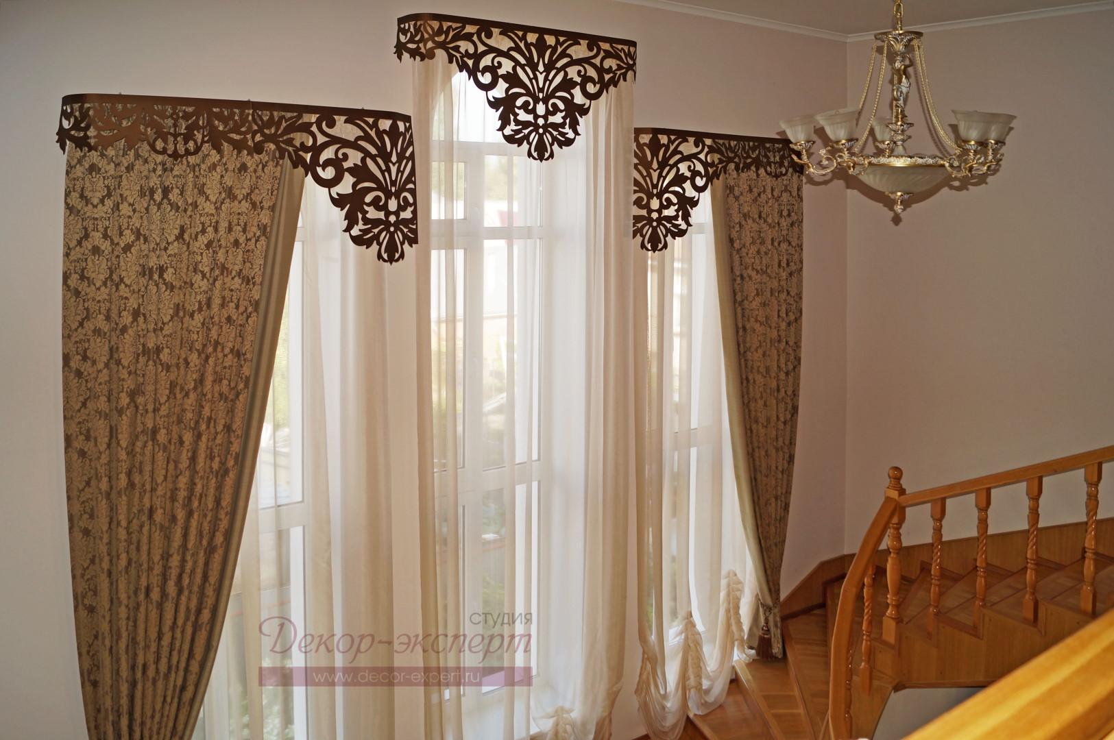 """Классические шторы с кантом и ажурными ламбрекенами """"Дамаск-1"""" у лестницы. Вид слева и сверху."""
