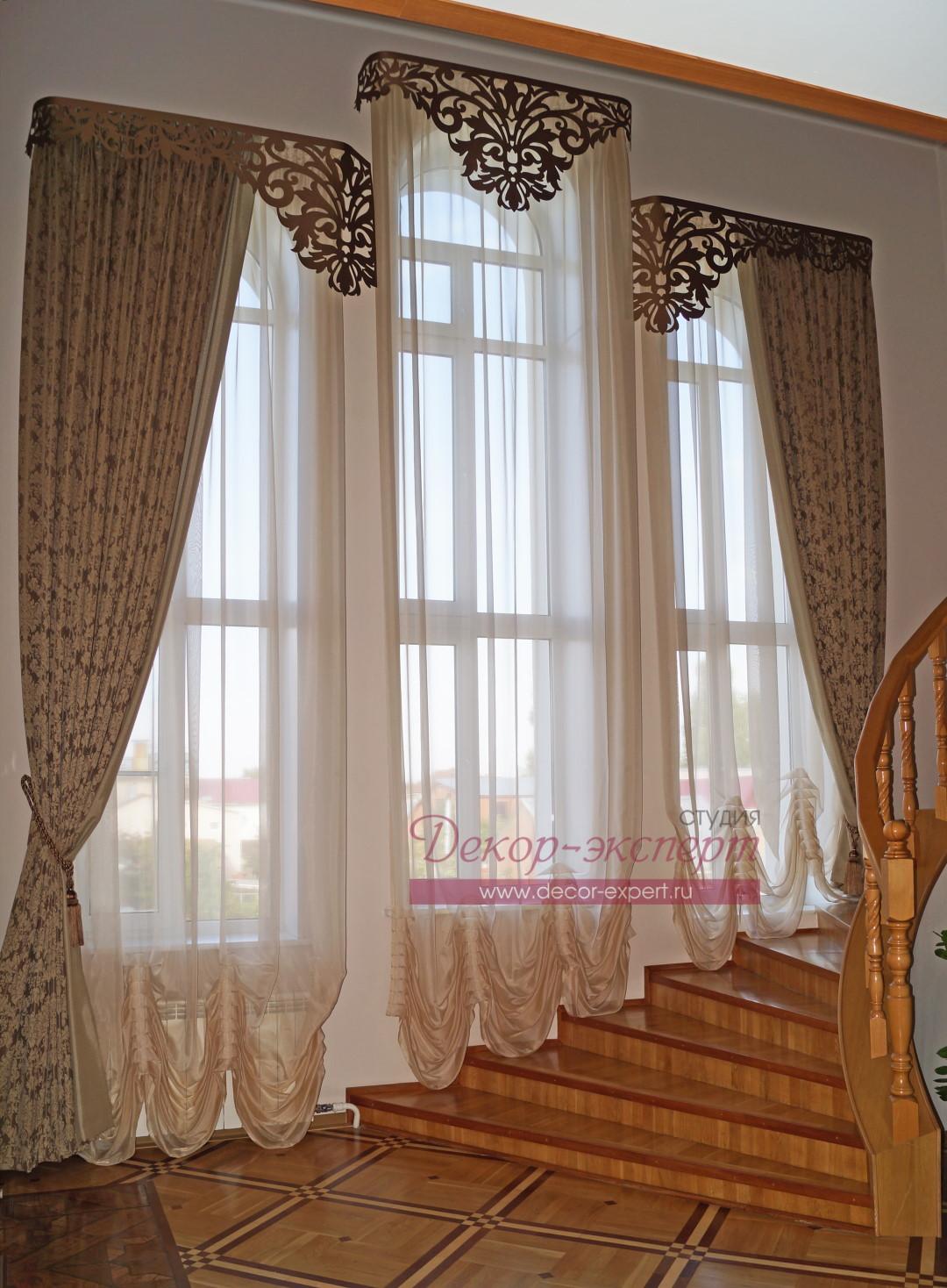 Классические шторы у лестницы в частном доме. Общий вид с первого этажа.