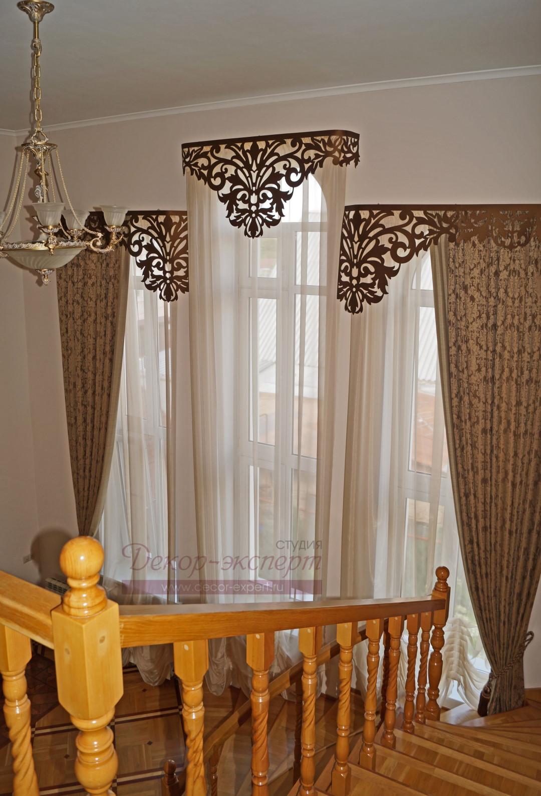Классические шторы с кантом и ажурными ламбрекенами у лестницы. Вид справа и сверху.