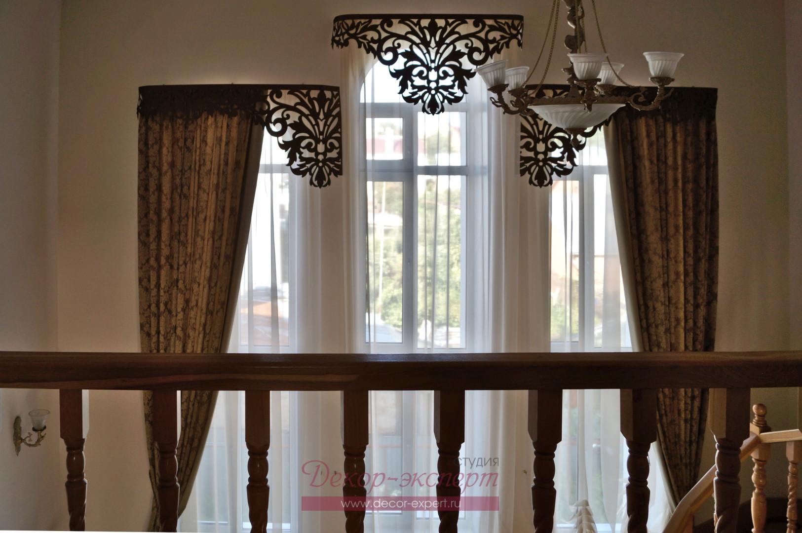 Классические шторы у лестницы в частном доме. Вид со второго этажа.