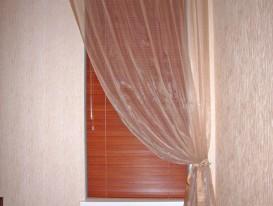 Деревянные горизонтальные жалюзи в сочетании с лёгкой драпировкой на петлях у лестницы 1 этаж.