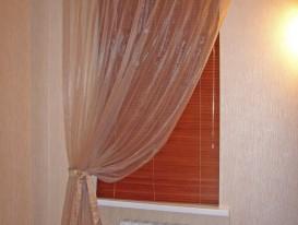 Деревянные горизонтальные жалюзи с лёгкой драпировкой на втором этаже у лестницы в частном доме.