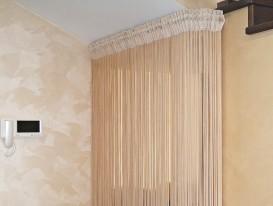 Зонирование пространства гардеробной под лестницей нитяной шторой (кисеёй) в загородном доме.