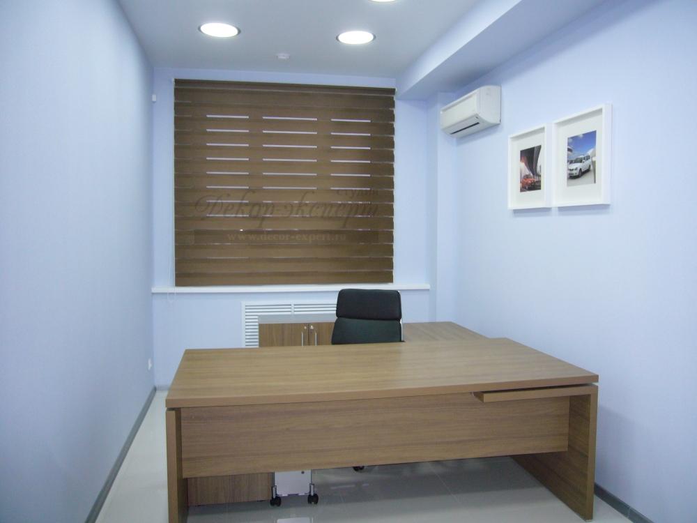 Рулонная штора Зебра в офисе