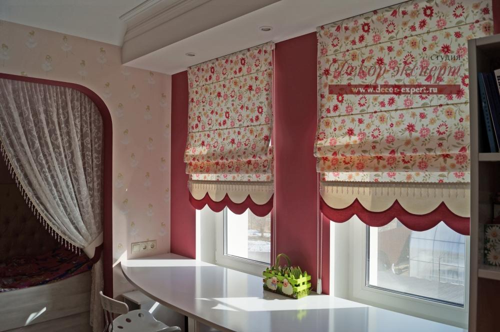 Римские шторы для детской комнаты в солнечных лучах