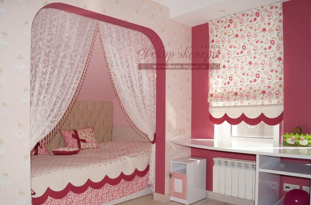 Тюль как элемент зонирования пространства детской комнаты и покрывало.