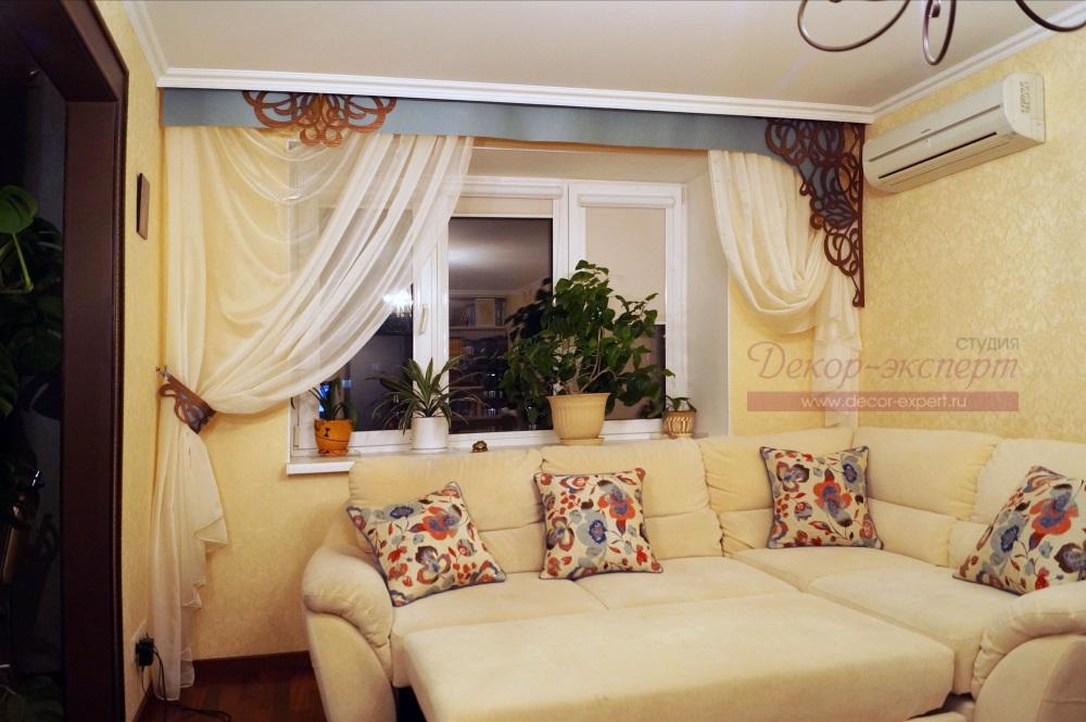 Общий вид штор в интерьере гостиной.