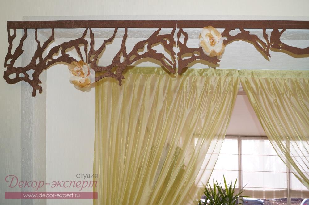 Фрагмент ажурного ламбрекена в салоне красоты.