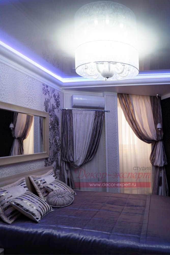 Люстра, подсветка потолка, шторы и покрывало