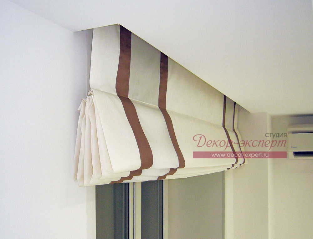 Карниз с электроприводом для римской шторы спрятан в потолочную нишу.