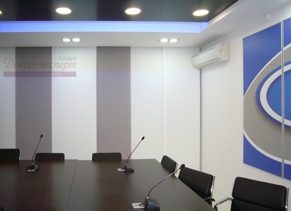 В нише над окном в конференцзале расположен электрокарниз для японских штор.