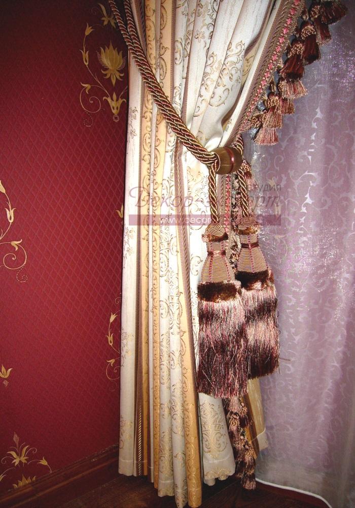 Подхватываем шторы декоративными кистями