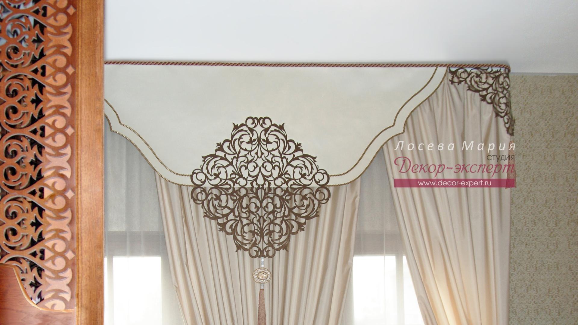 Фото штор с с ажурным элементом на гладким ламбрекене