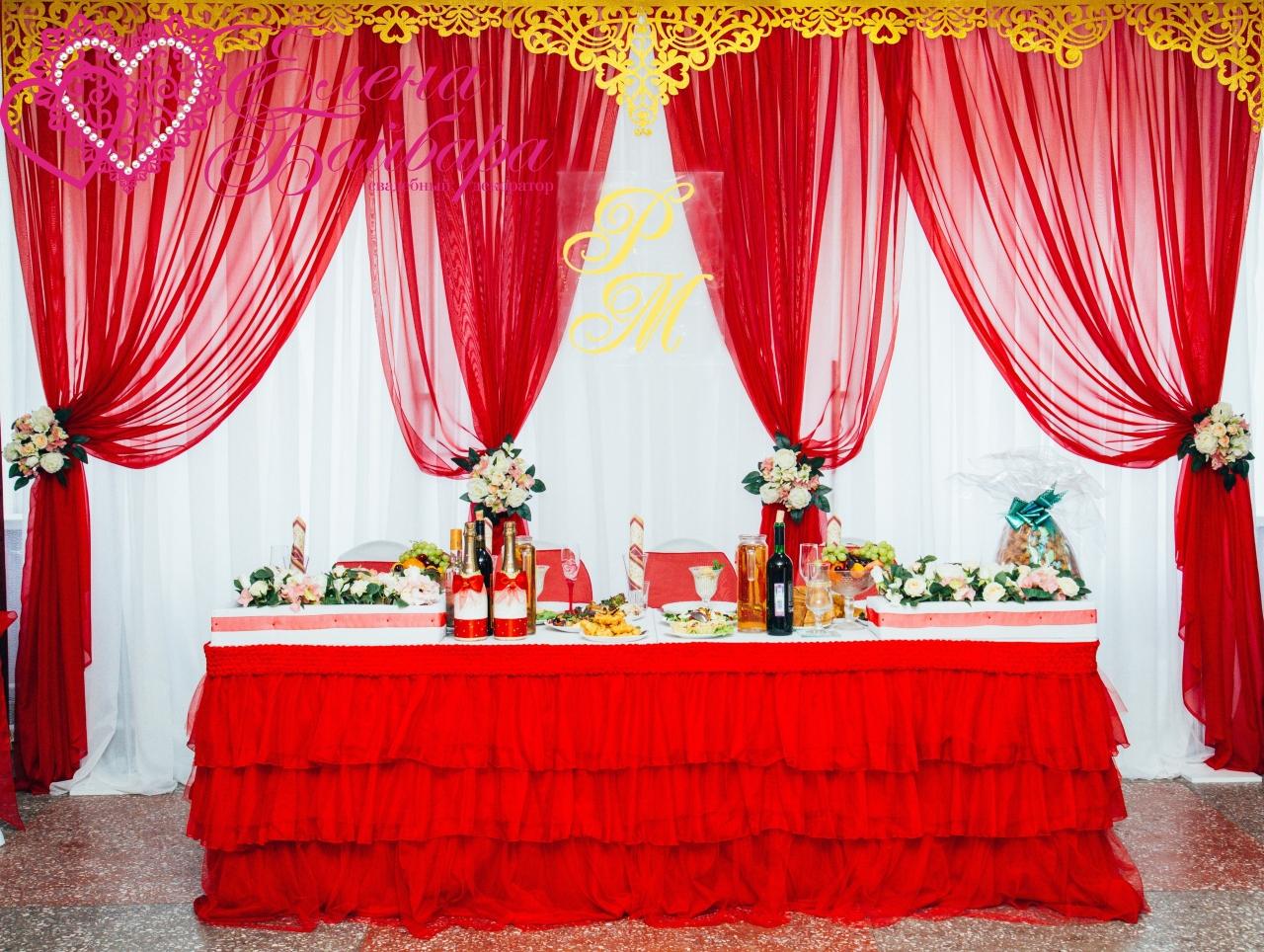 Ажурные ламбрекены золотого цвета в свадебном декоре