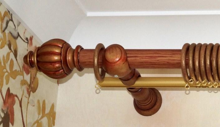 Фото места крепления карниза под потолочным плинтусом.