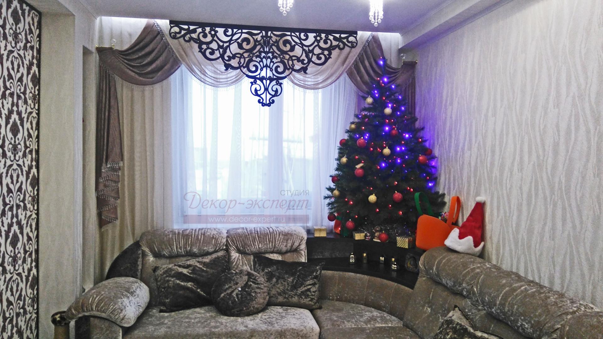 """Ажурный ламбрекен """"Флоренция"""" в комплекте со шторами на окне в гостиной у Светланы."""