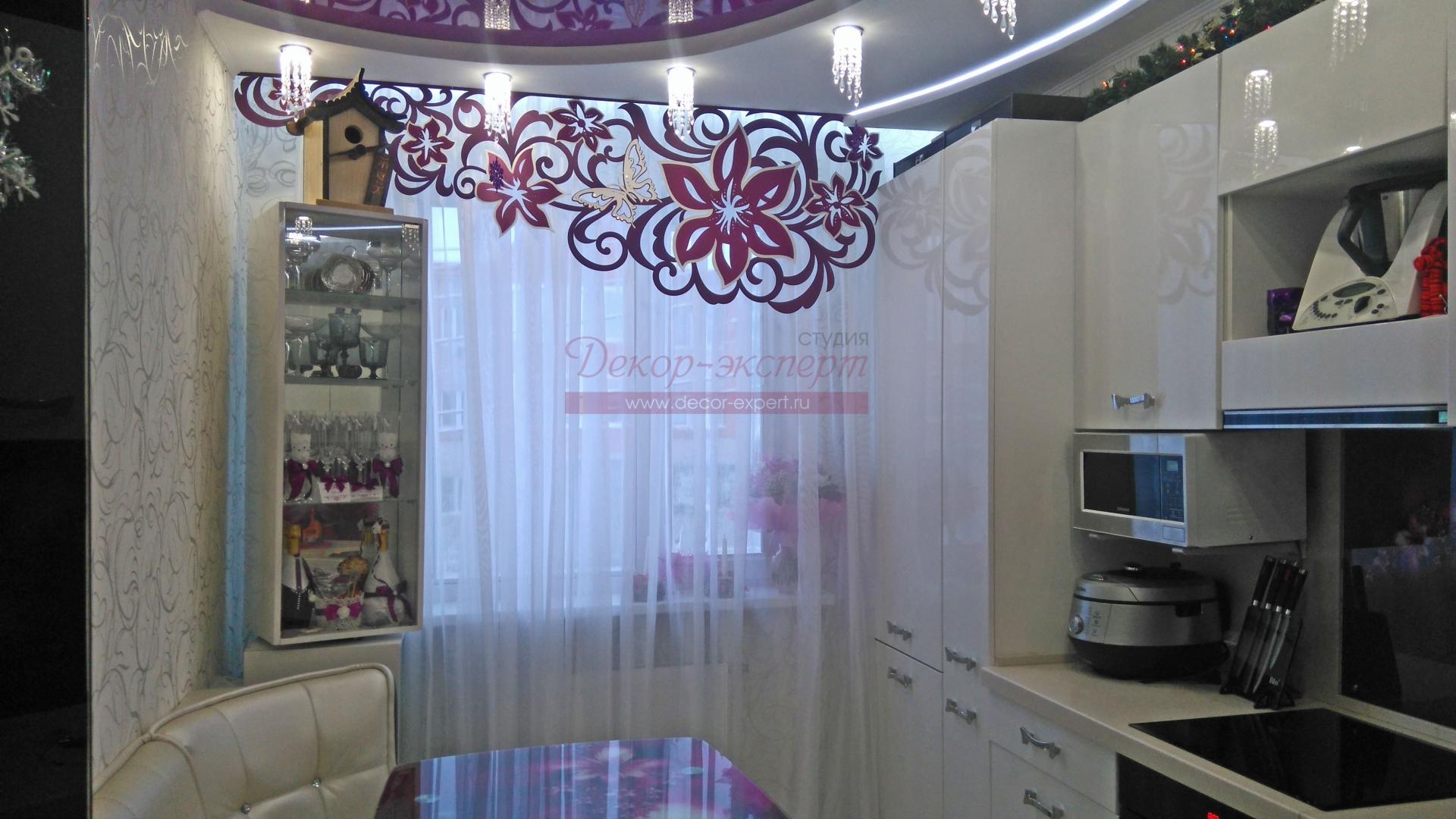 Ажурный ламбрекен яркий клематис и тюль на окне в кухне у Светланы