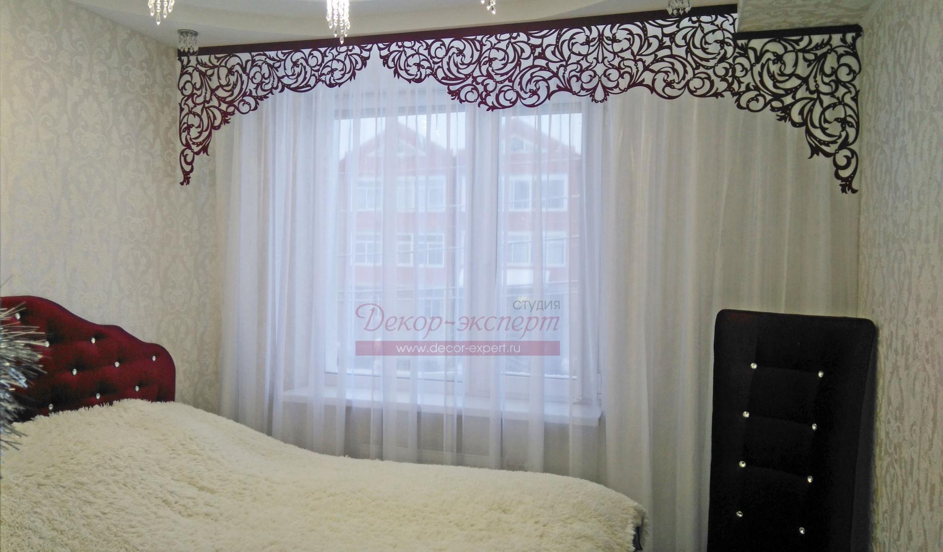 """Ажурный ламбрекен дизайн """"Классика"""" и лёгкая тюль в интерьере спальной комнаты у Светланы из Лабытнанги."""