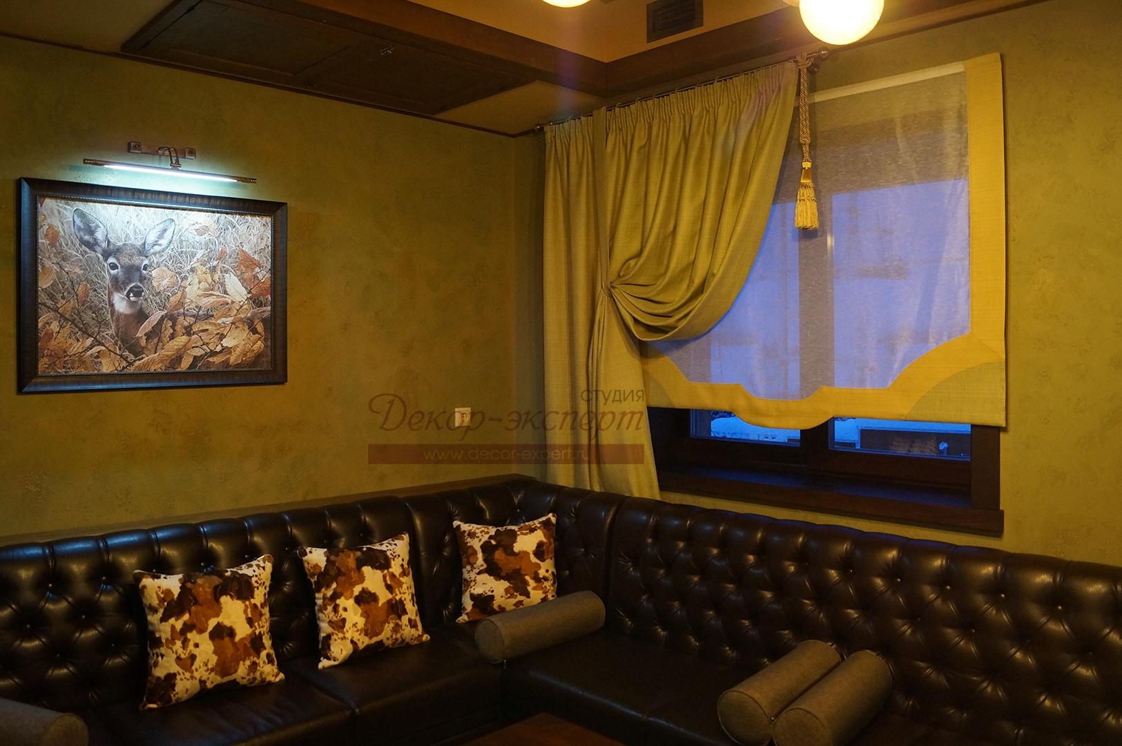 Римские шторы для ресторана в зелёной комнате.