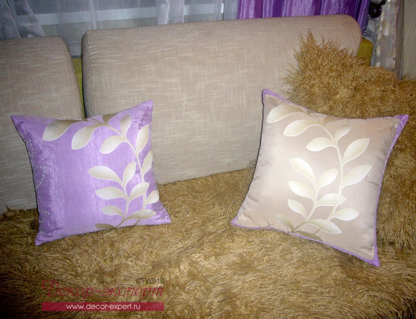 Декоративные подушки с наложением тюля поверх ткани.