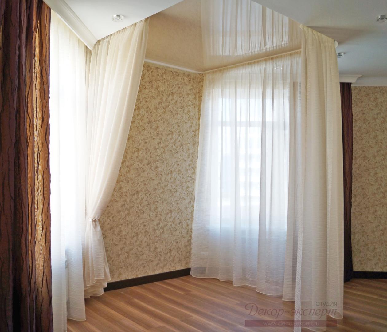 Балдахин для спальни в частично закрытом состоянии.