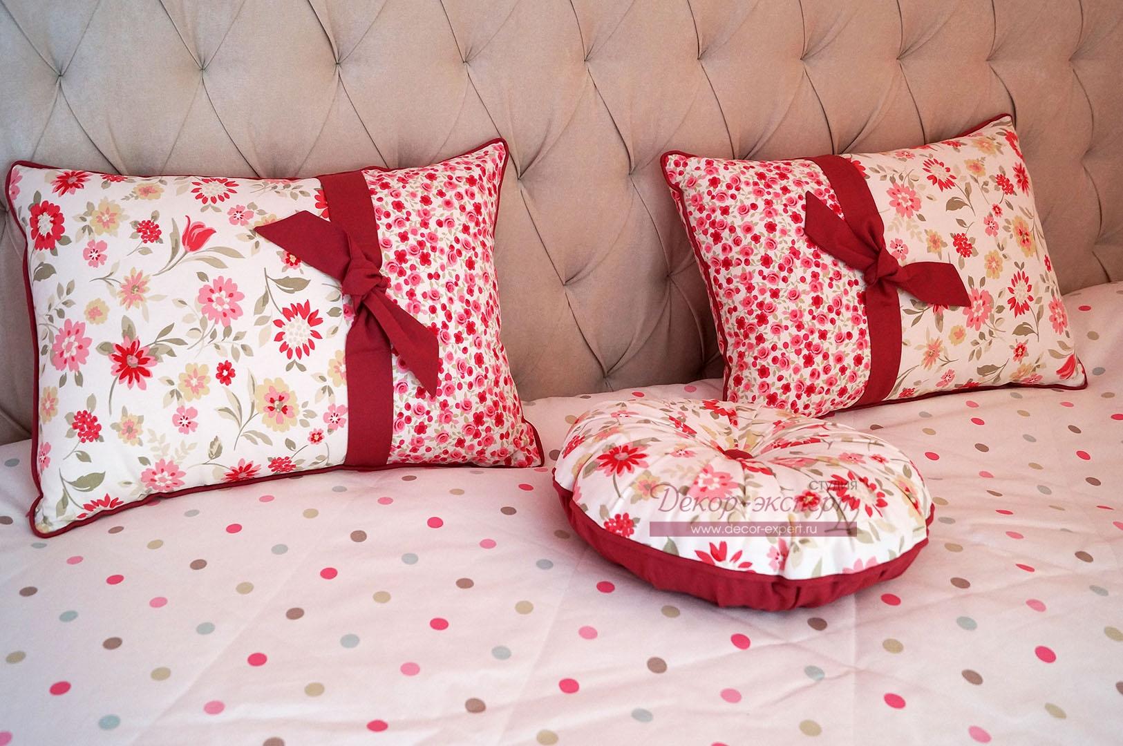 dekorativnye-podushki-iz-hlopkovoj-tkani-s-cvetochnym-printom