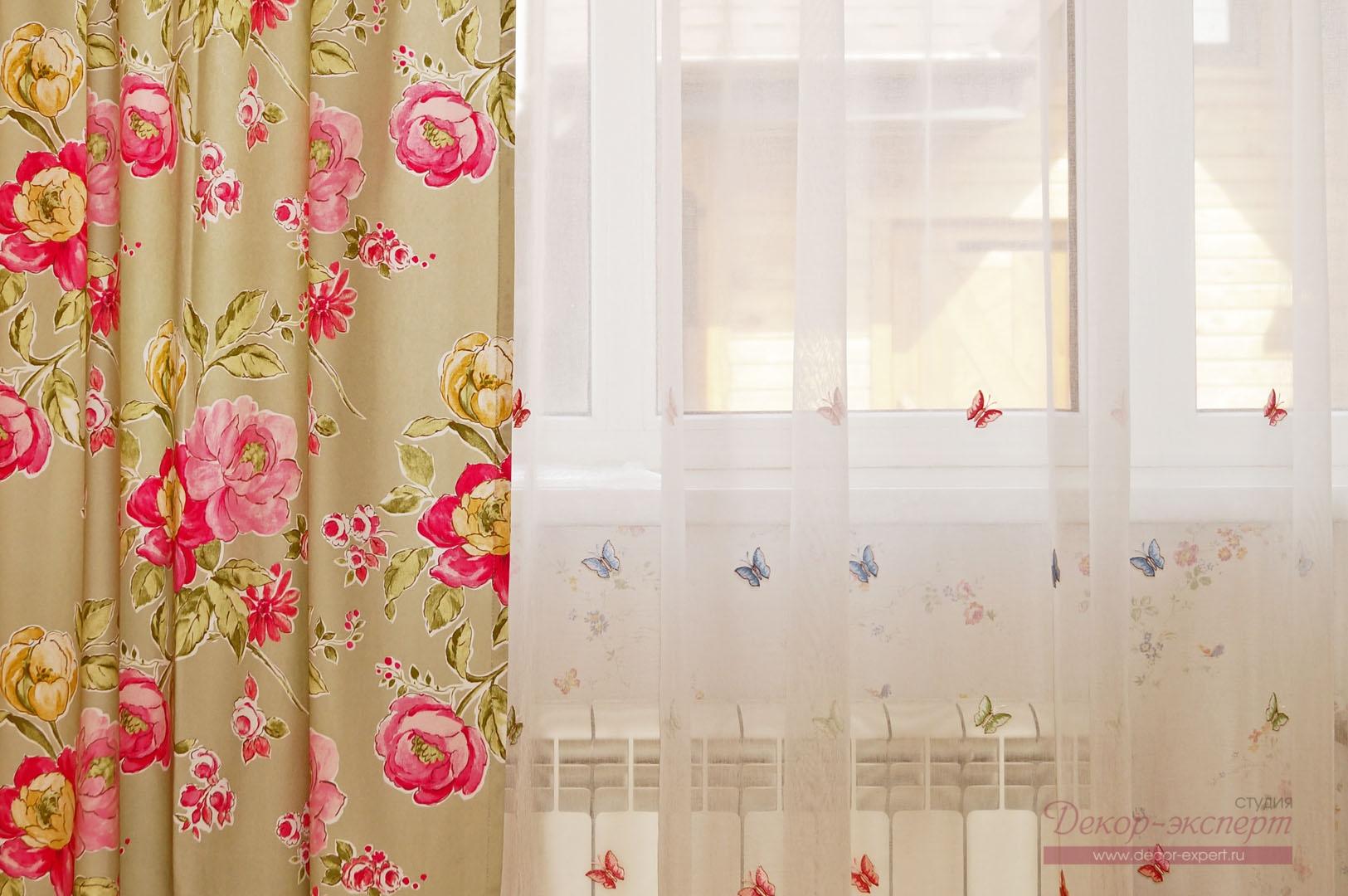 Портьера из хлопковой ткани с цветочным принтом в сочетании с вышивкой на тюле