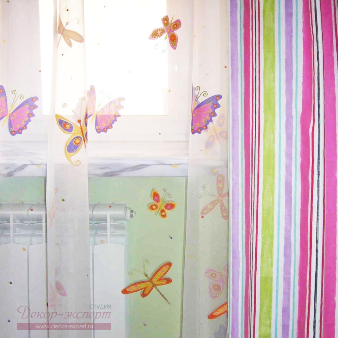 Портьеры из хлопка с принтом в виде радужной полоски в комбинации с яркими бабочками на тюле деворе