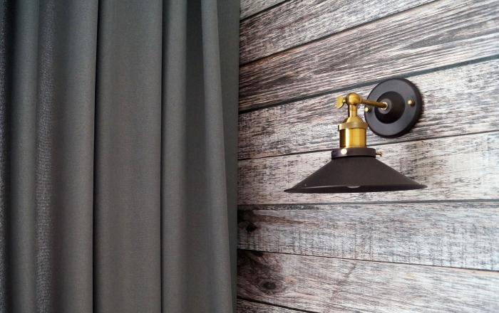 Серые шторы для спальни в стиле лофт.