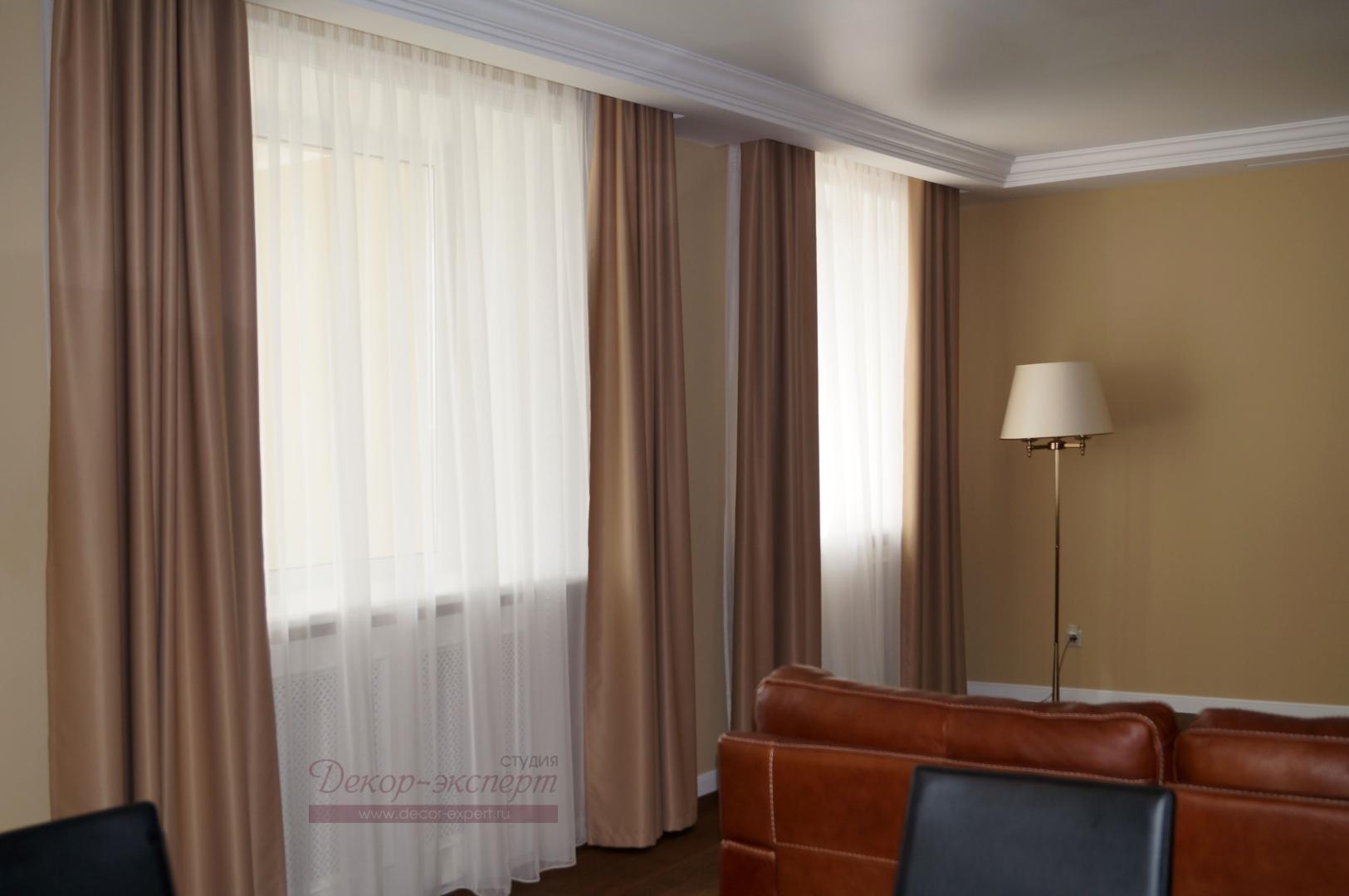 Шторы для гостиной из ткани BlackOut в потолочной нише с другого ракурса.