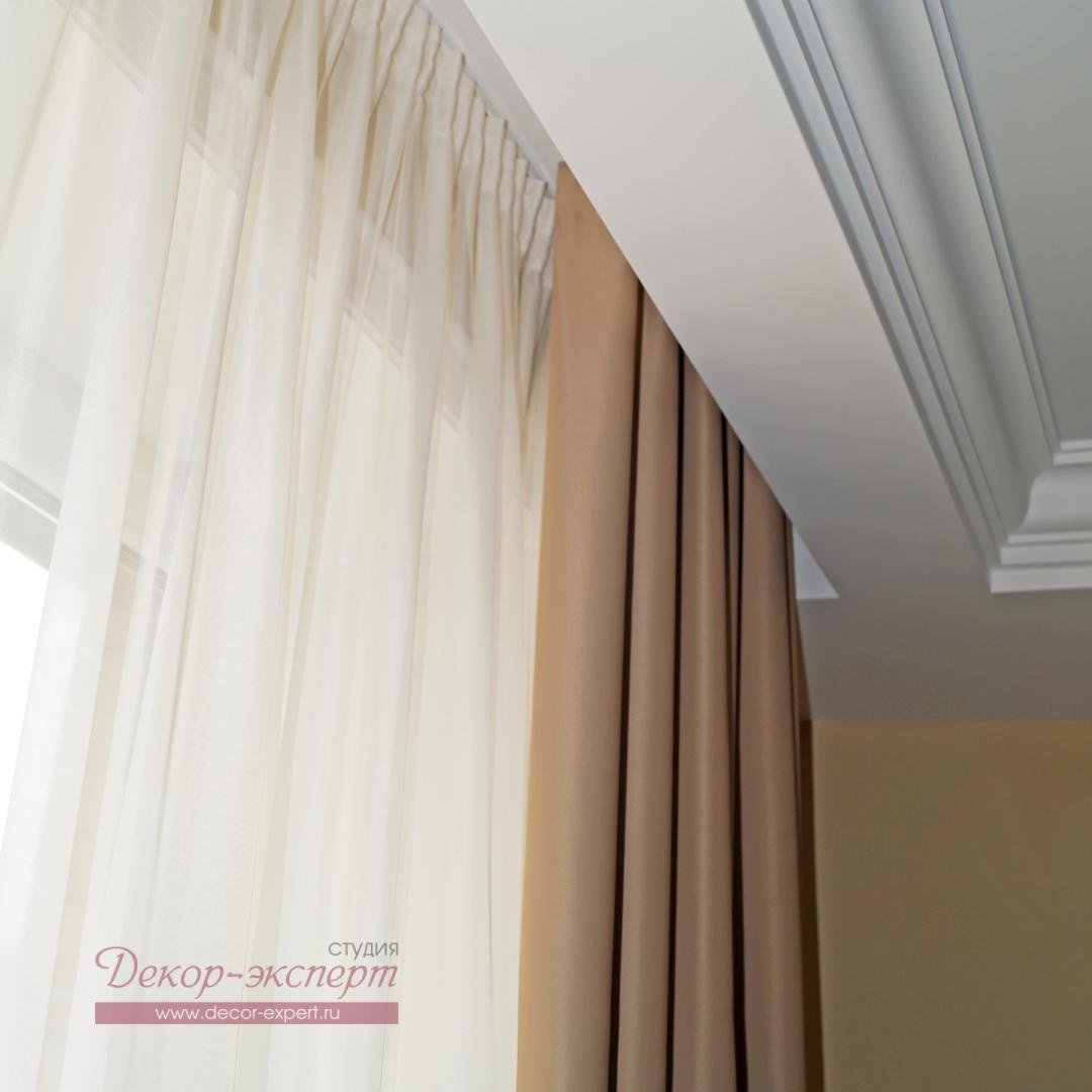 Шторы для гостиной из ткани BlackOut в потолочной нише.