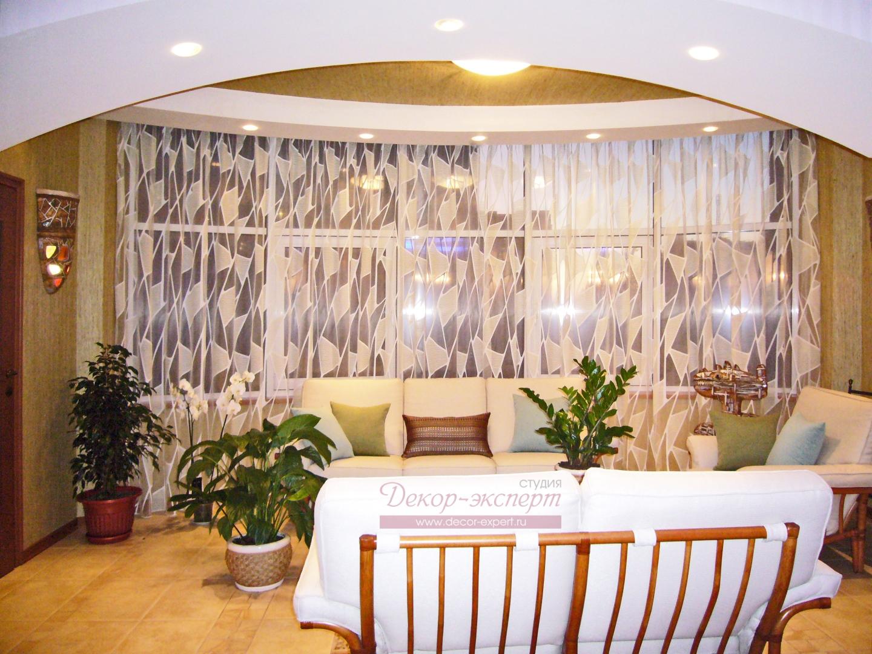 Тюль на большом панорамном окне в эркере