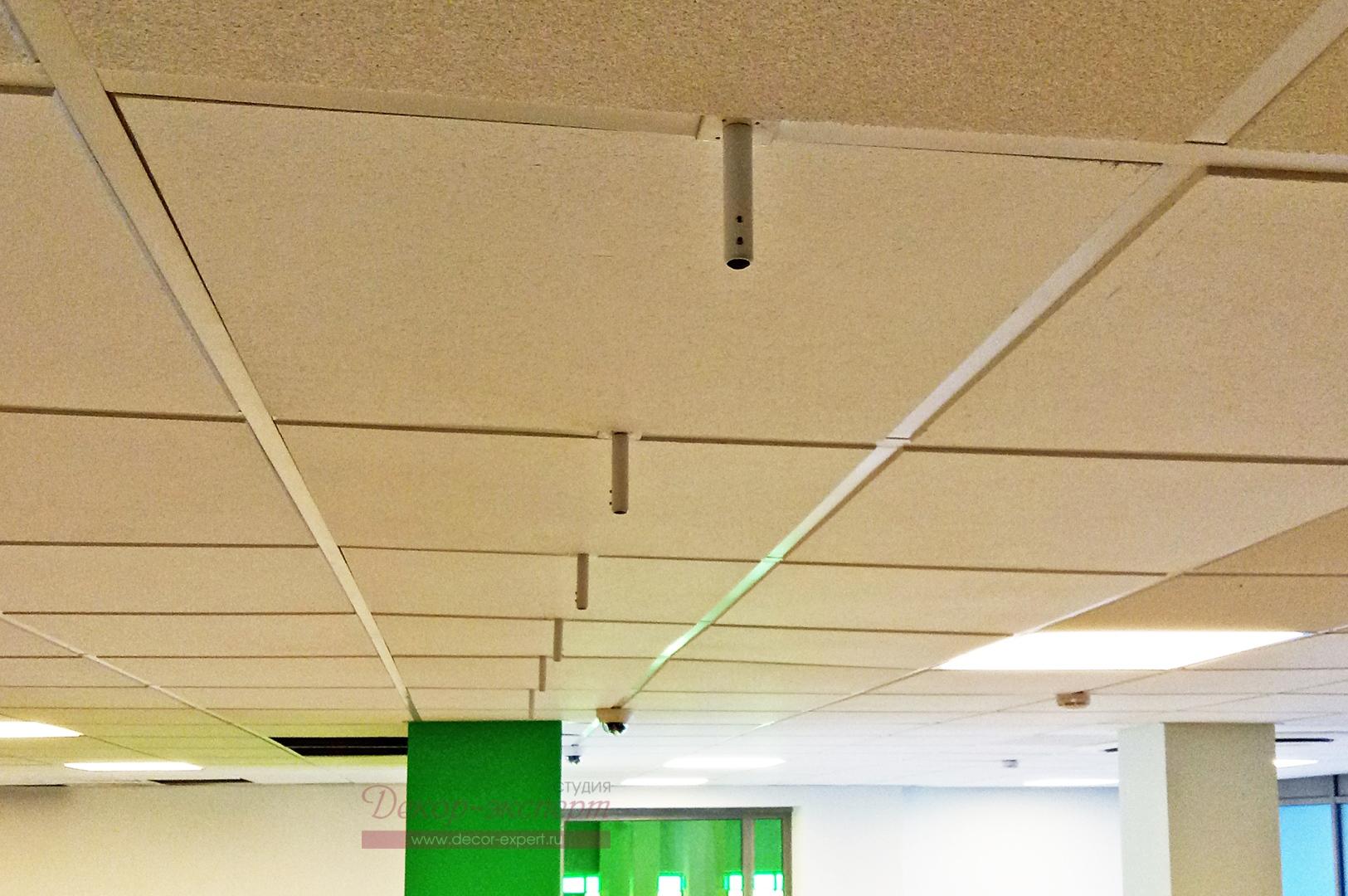 Гильзы и кронштейны закреплены на потолоке.