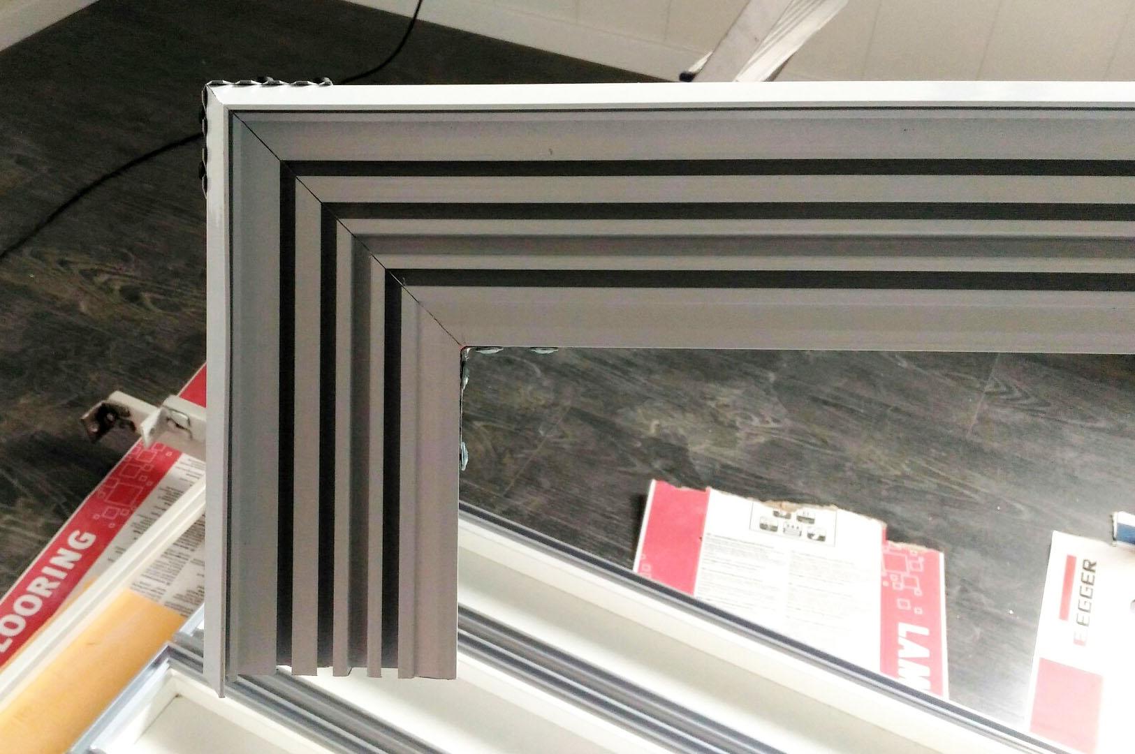 боковина смонтированная на алюминиевом профильном карнизе