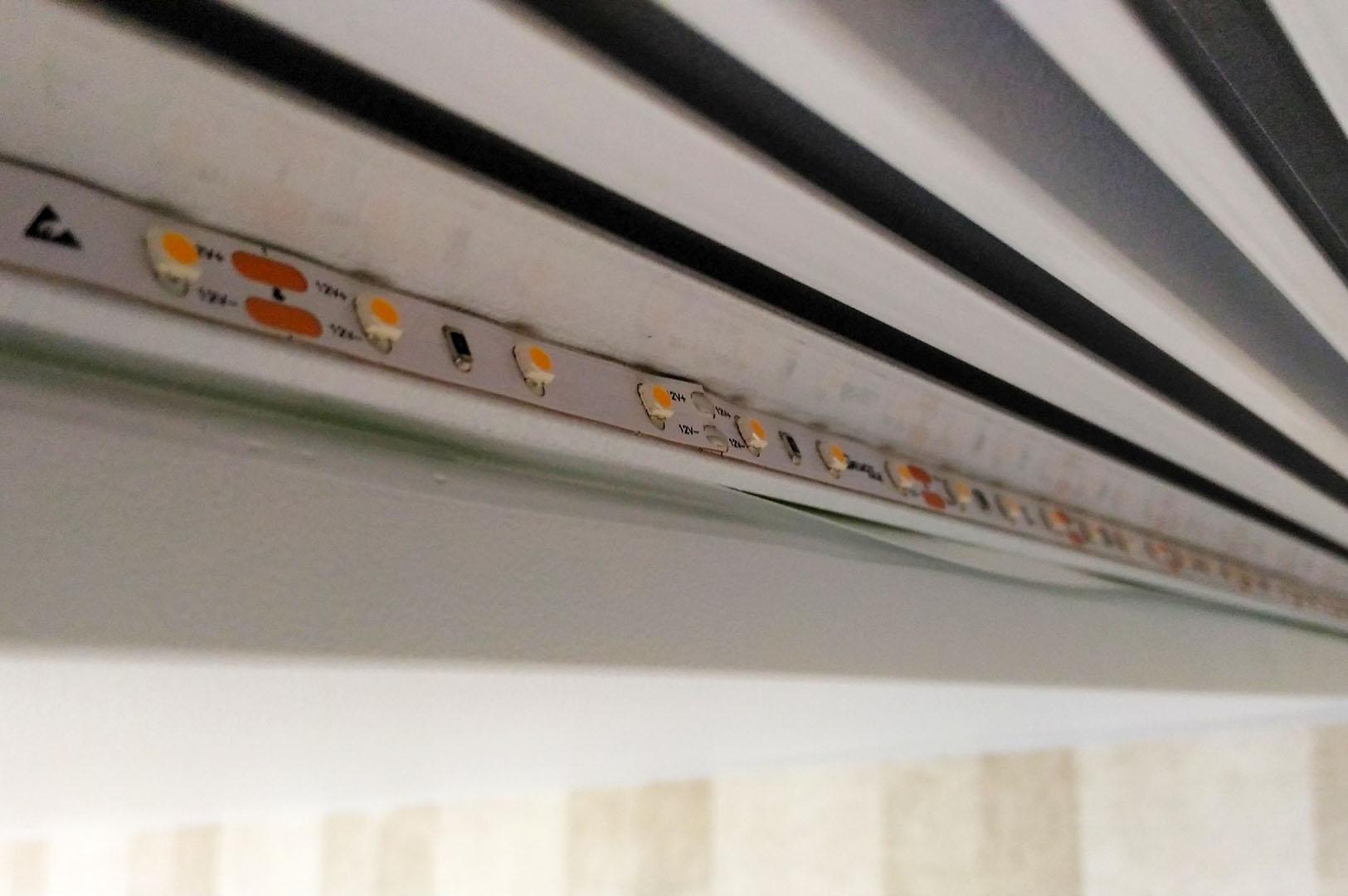 место крепления светодиодной ленты на алюминиевый карниз для штор