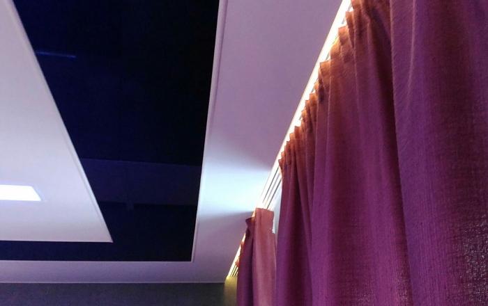 карниз для штор, интегрированный в натяжной потолок