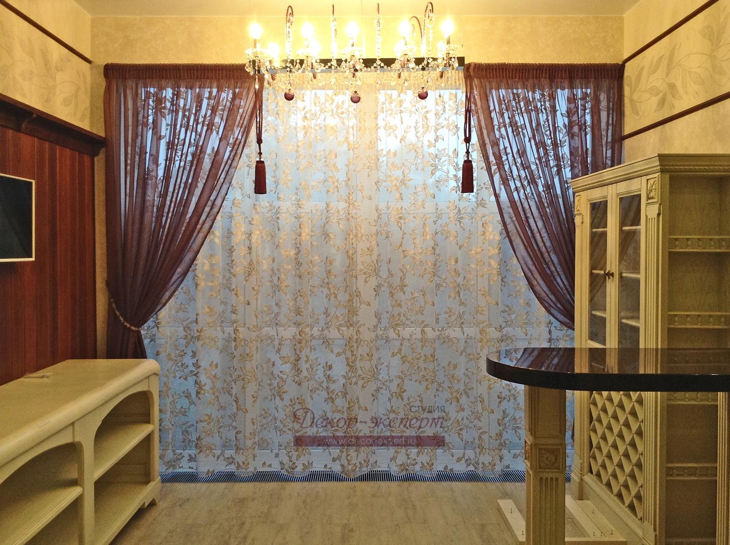 Легкие шторы на основном окне кухни в стиле Прованс в Тольятти