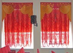 Текстильный декор с ажурным ламбрекеном для окон актового зала.