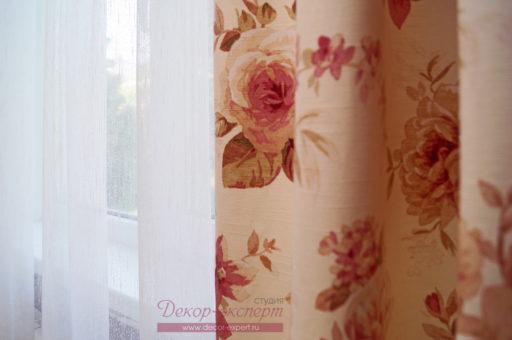 Портьерная ткань с цветочным принтом и тюль сетка