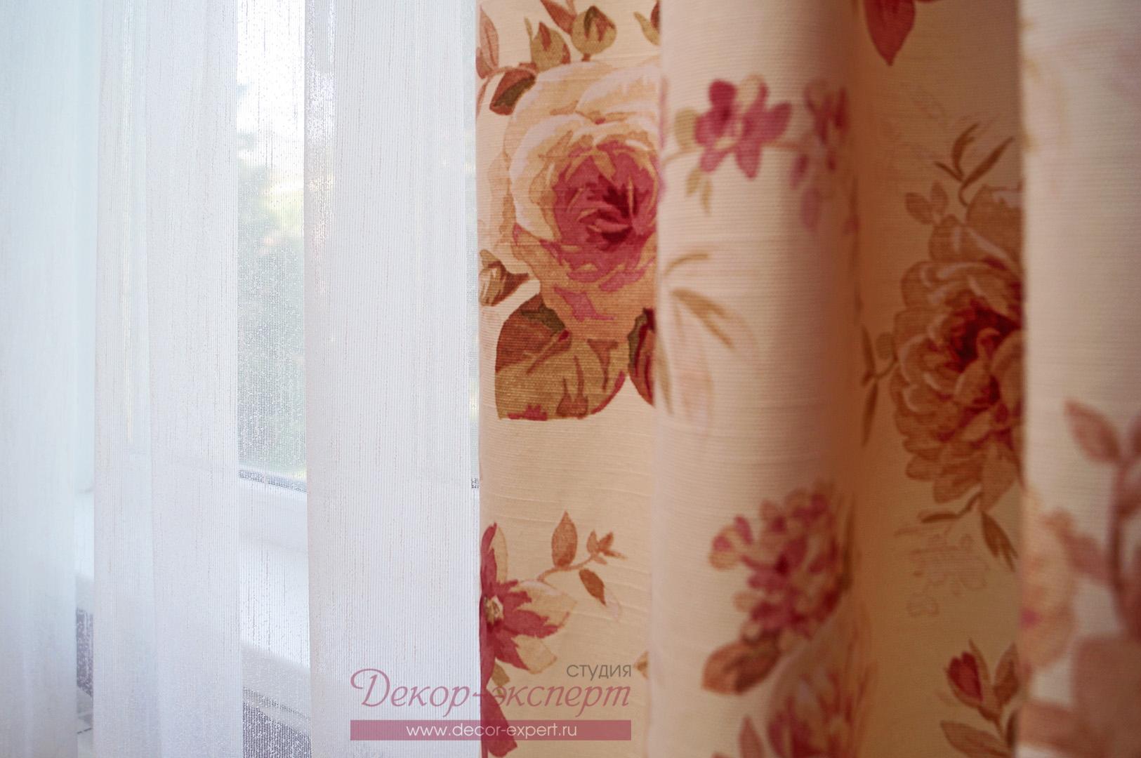 Портьерная ткань с цветочным принтом и тюль сетка.