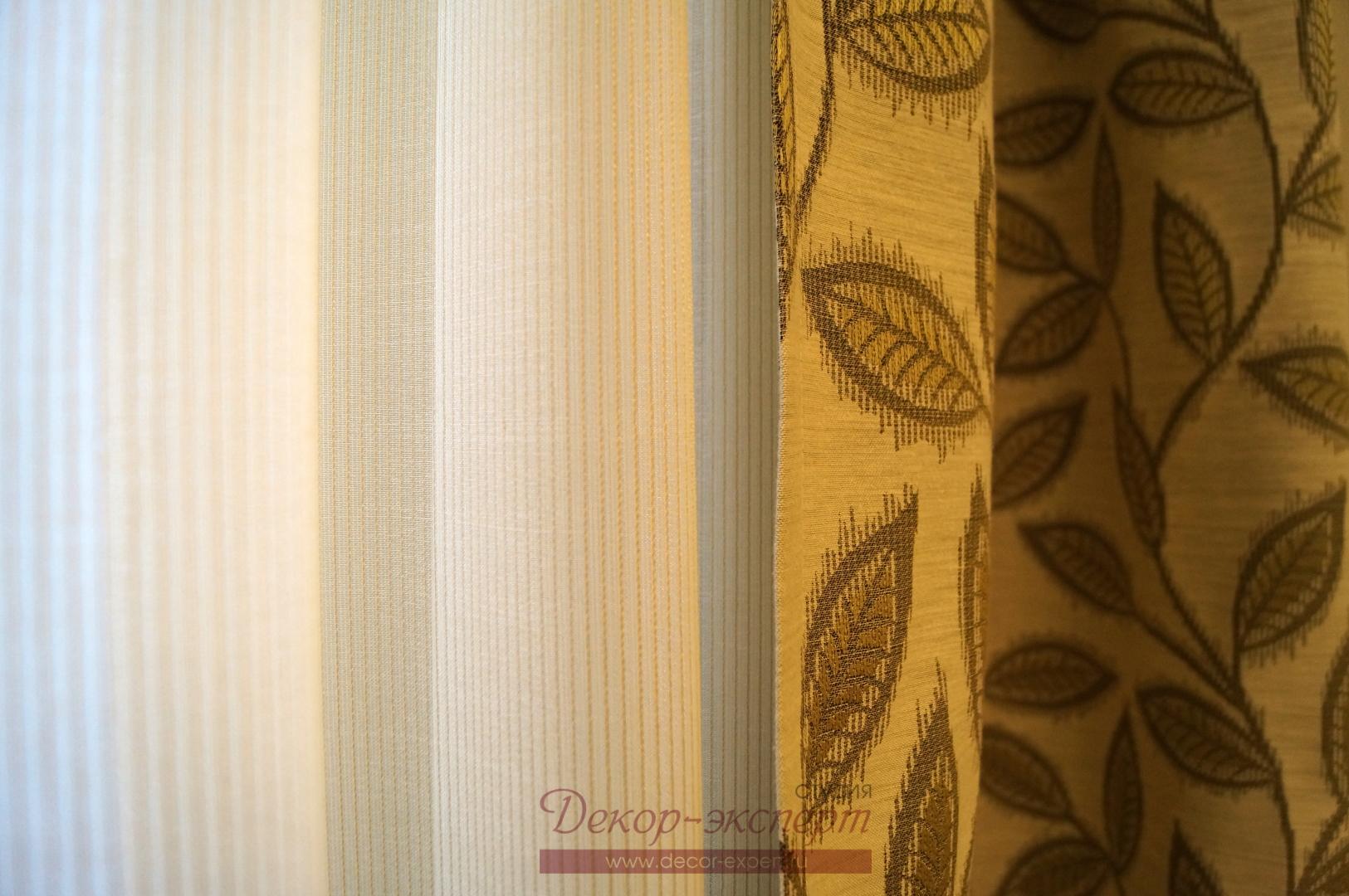 Портьерная ткань со стилизованным  жаккардовым узором листвы и мягкий тюль светлого оливкового оттенка и мелкой полоской.