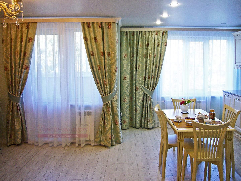 Шторы в из жаккарда мятного цвета в совмещённую гостиную-столовую в Тольятти.