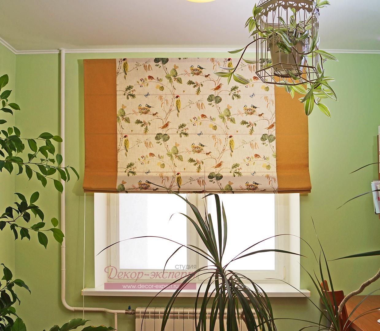 Римская штора с кантами и на подкладе в детской комнате.