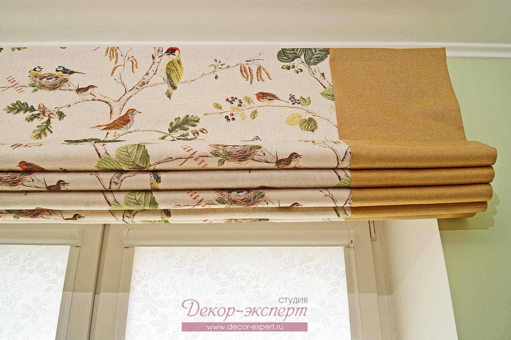 Рулонные шторы кассетного типа на створках окна за римской шторой.