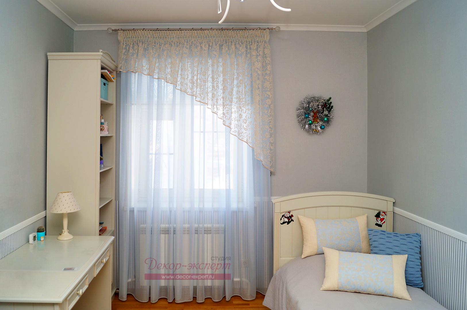 Общий вид нового текстильного декора окна в комнате девочки.