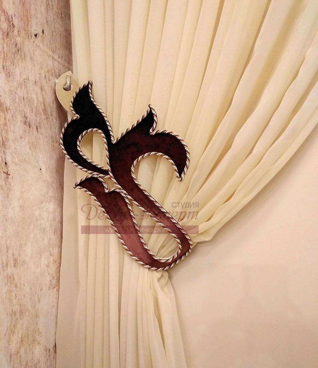 Подхват из бархата отделанный декоративным шнуром