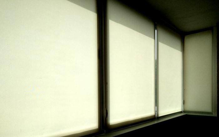 Рулонные шторы для раздвижных оконных конструкций на балконе.