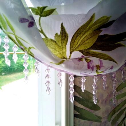 Австрийские шторы для окон в цветочной комнате.