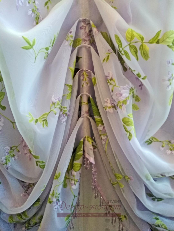 Специально заложенные ручные складки на австрийской шторе.