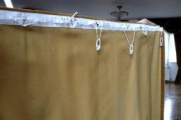 Тонкая шторная лента с разрушающимся корсажем на тяжёлых бархатных шторах.